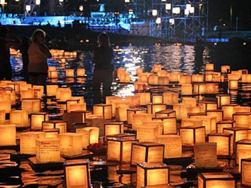 メモリアル・デーの灯篭流しは、ホノルルに夏の到来を告げる風物詩