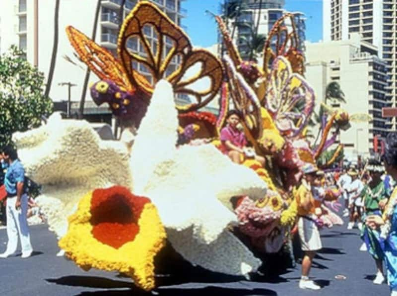 フラやハワイアンミュージックなどハワイの魅力を一度に体験できる「アロハ・フェスティバル」。生花をふんだんに使用したフロートがワイキキをパレード