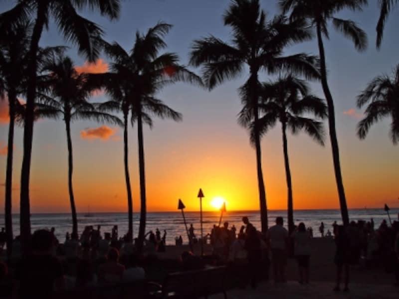 ワイキキビーチに沈む夕日が観られるのも、冬のシーズンならでは