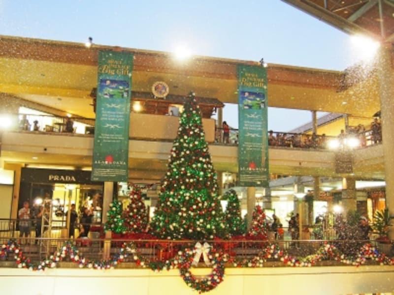 クリスマスイブ直前は23時まで営業のアラモアナセンター。センターステージに雪が降るクリスマスイベントも開催