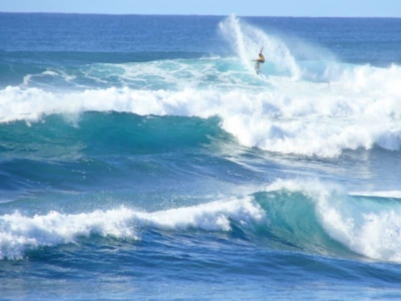 サーファーの聖地、オアフ島ノースショア。人の背丈の4倍、5倍もあるビッグウエーブが押し寄せる