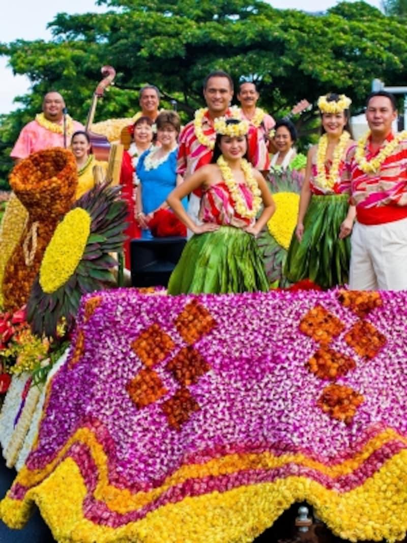 生花で飾られた山車がワイキキを練り歩くフローラル・パレードはフェスティバルのメインイベント(写真提供:HawaiiTourismAuthority(HTA)/TorJohnson)