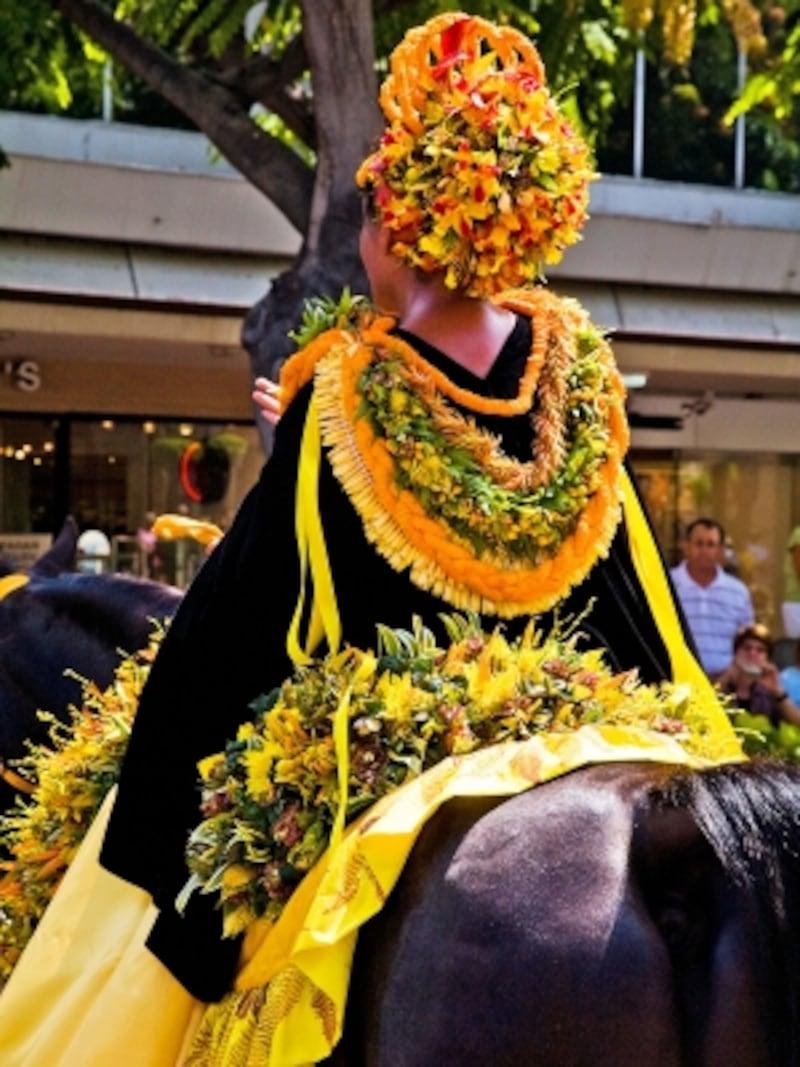 島のシンボルカラーの衣装(黄色はオアフ島)を身につけたパウライダー(写真提供:HawaiiTourismAuthority(HTA)/TorJohnson)