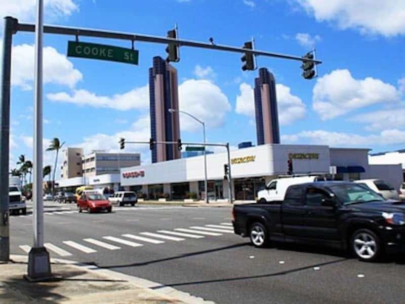 ハワイを自由に走り回れるレンタカー。でも、交通規則はしっかり守って。旅行者でも罰せられます
