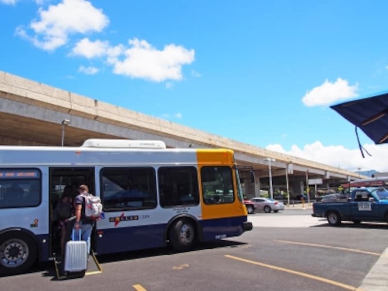 ダラー、アラモの営業所からはシャトルバスに乗って空港へ