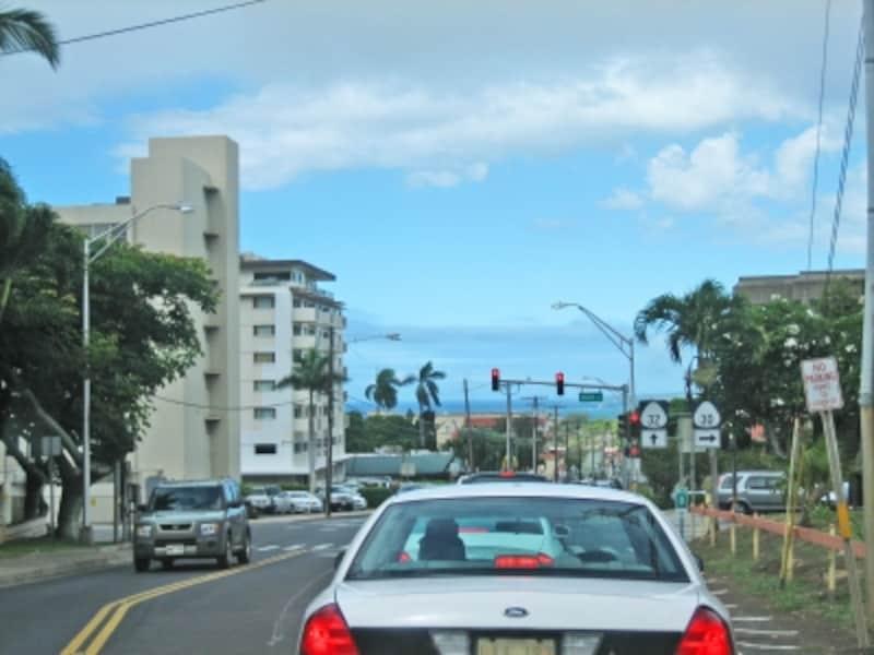 感日本では感謝の気持ちのハザードランプ点滅も、ハワイ(アメリカ)では危険を知らせる合図。手をあげて挨拶を