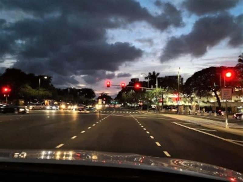赤信号の右折時には、歩行者に気を付けて