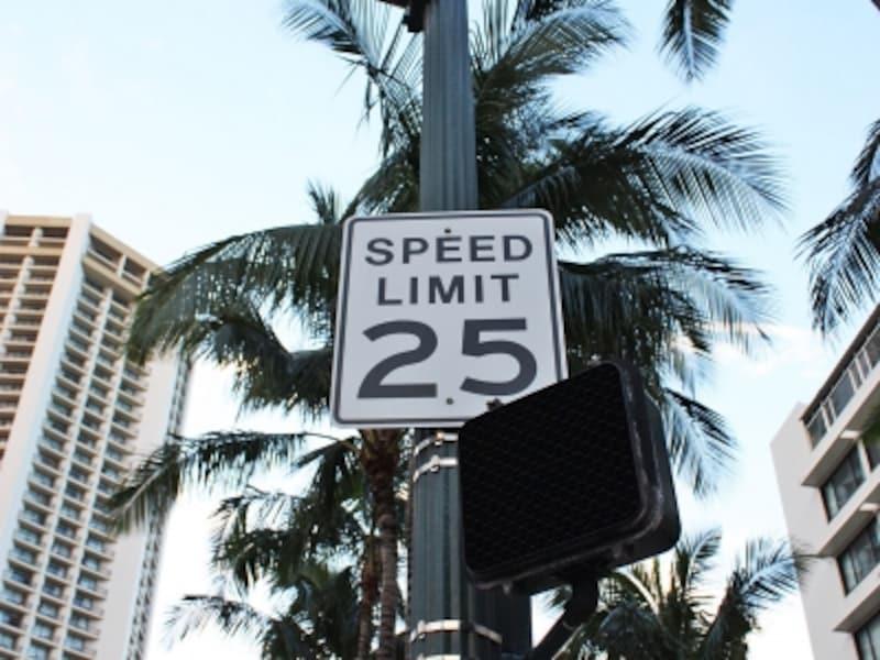 ワイキキ・カラカウア通りでは制限速度25マイル=約40キロ