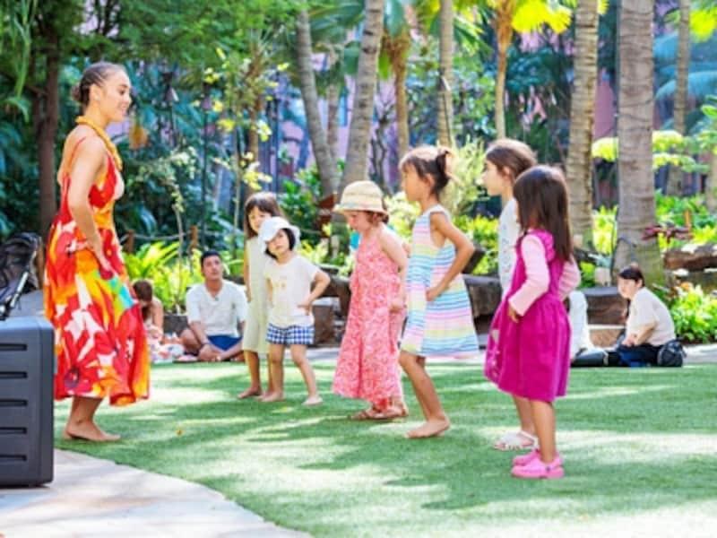 ケイキフラのケイキ(keiki)とは、ハワイ語で子供という意味。人気の子供の歌に合わせてフラを学びます