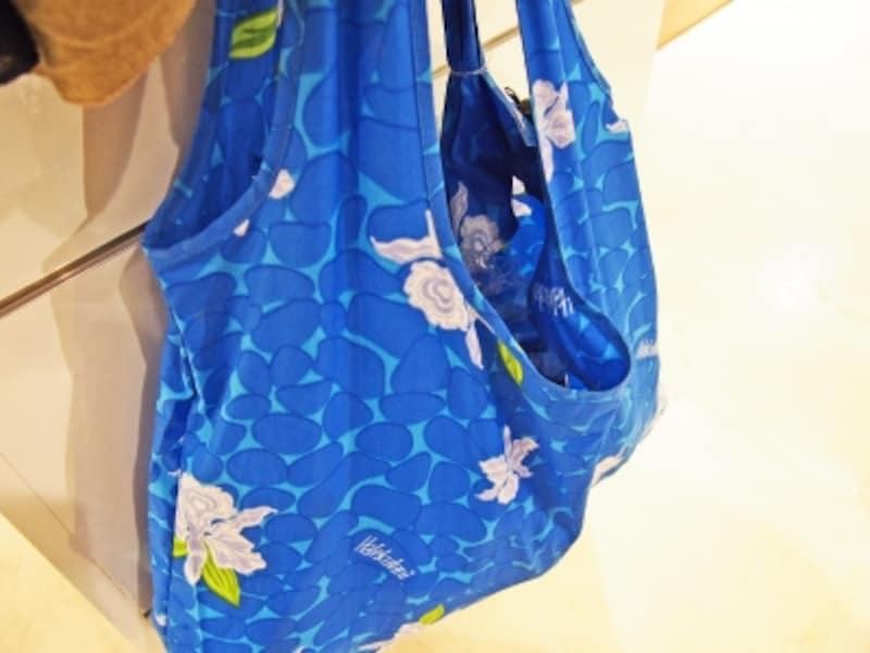 ハレクラニのプールのように鮮やかなブルー