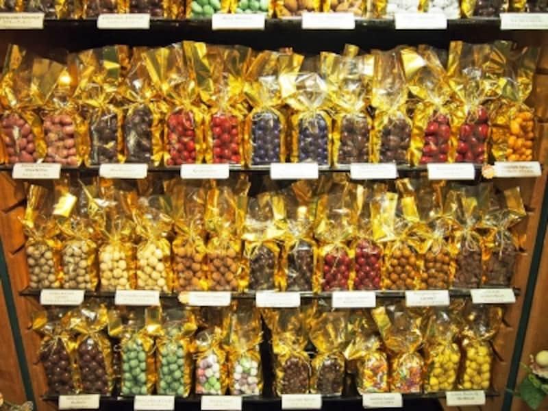 色とりどりのチョコレートが並ぶ