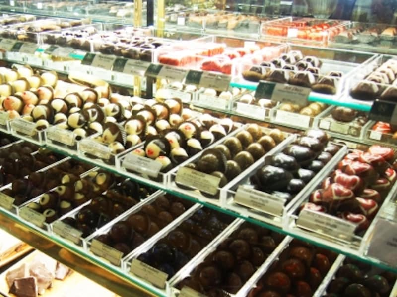 手作りチョコレートは100種類以上。お洒落なラッピングやディスプレイにも注目