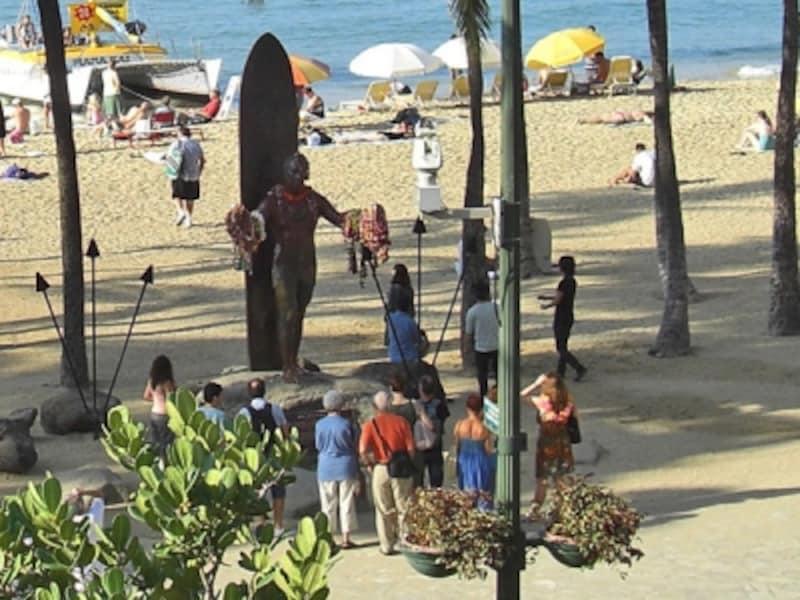ワイキキの記念撮影スポットであるデューク・カハナモク像。彼のことを知っている人は少ないかも