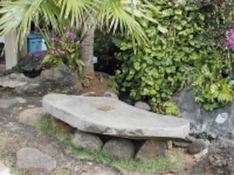 カイウラニとロバート・スティーブンソンが座って話をした石のベンチ