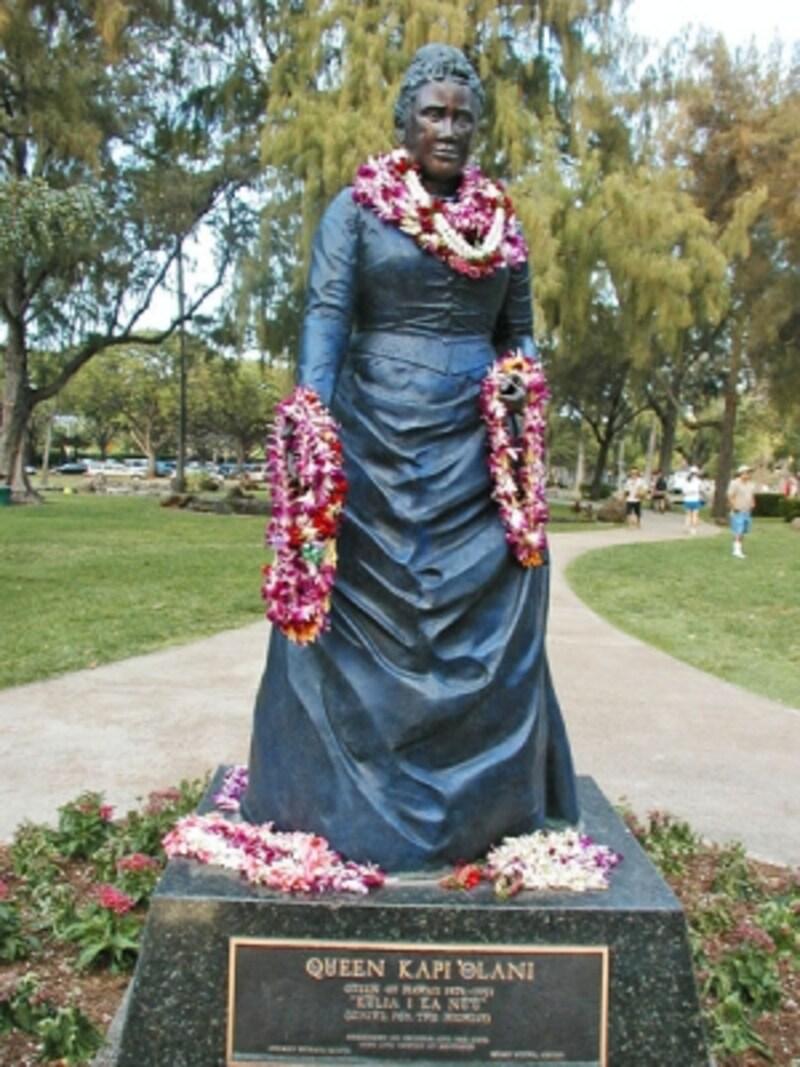 自身の名前が付けられたカピオラニ公園に建つカピオラニ王妃。銅像は2001年12月31日(誕生日)に建立