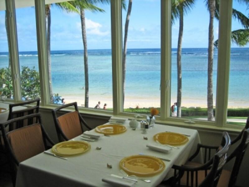 窓側のテーブル席だけではなく、どの席からも美しいビーチが見えるように、奥のフロアは一段高く設計されています