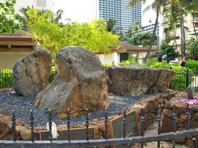 ワイキキビーチ交番隣にある「魔法使いの岩」