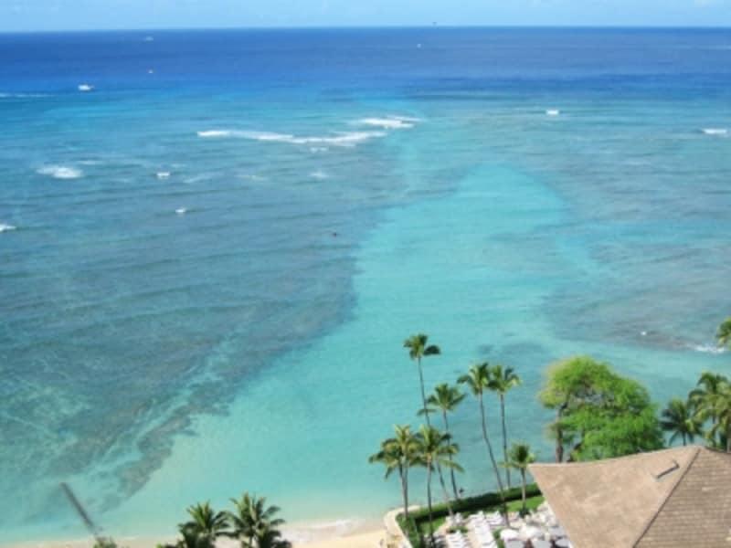 湧き出た真水が海水に流れ込むハレクラニ前の海だけ、サンゴ礁が抜けて淡いブルーに見える(ワイキキ・パーク・ホテルから撮影)