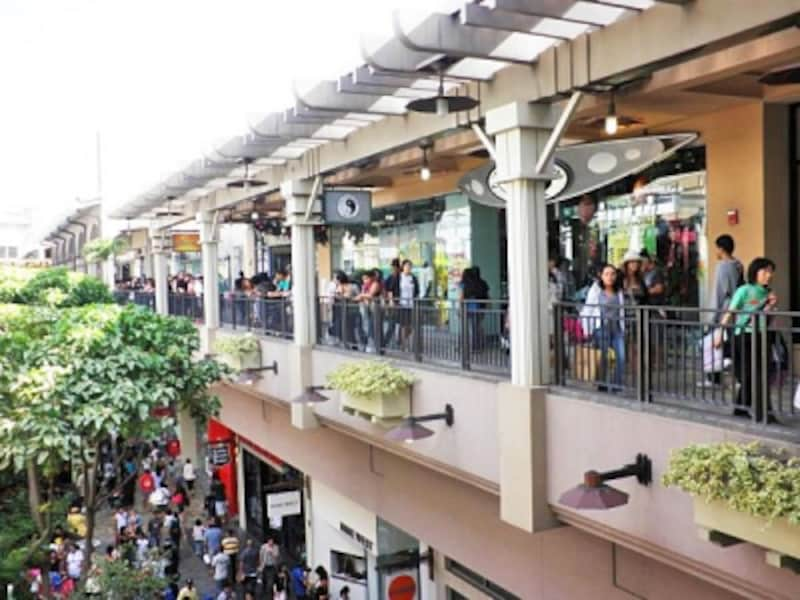 アラモアナセンターの開館は9時30分(日曜10時)。5時開店のスーパー、8時開店のカフェも