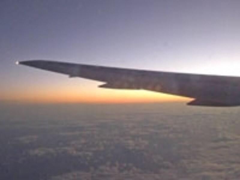 間もなくハワイに到着。2回の機内食時間を除くと、睡眠時間は3時間ほど
