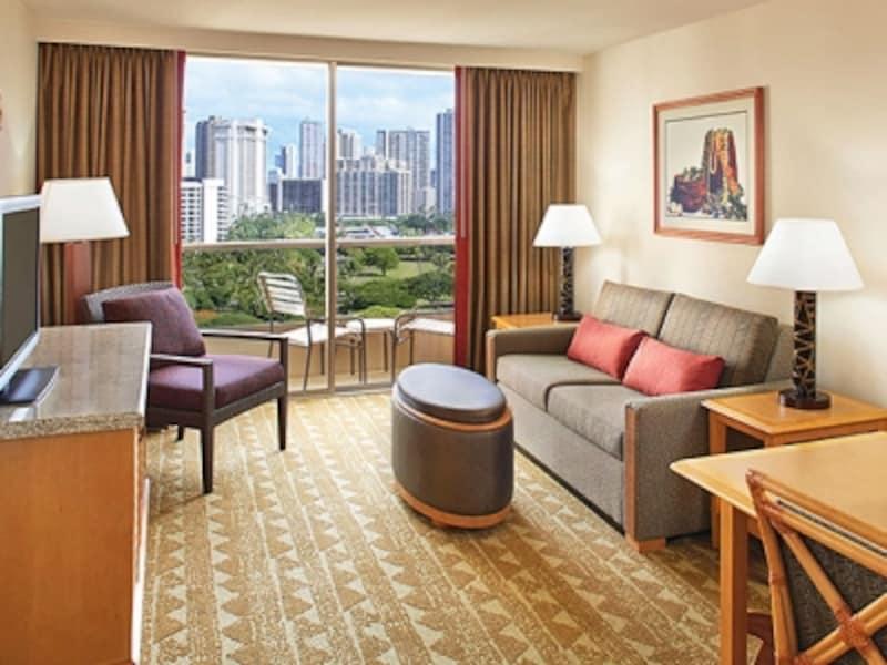 1ベッドルーム・スイートシティビューのリビングルーム。寛ぎのスペースがあるだけで、ホテル滞在がグッと快適に