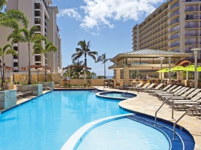 キッズ用プールとジャグジー、ビーチベッドも十分な数が用意され、日光浴も快適なプール&サンデッキ