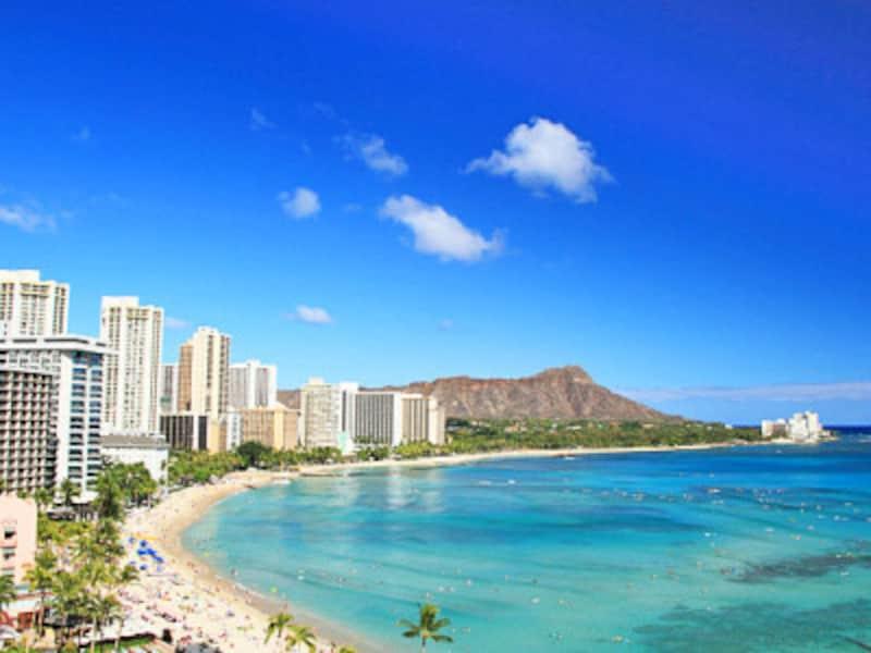 ワイキキの青い海と白い砂浜、そして後方にそびえるダイヤモンドヘッド。この景色に魅せられてハワイを訪れる人も多いはず