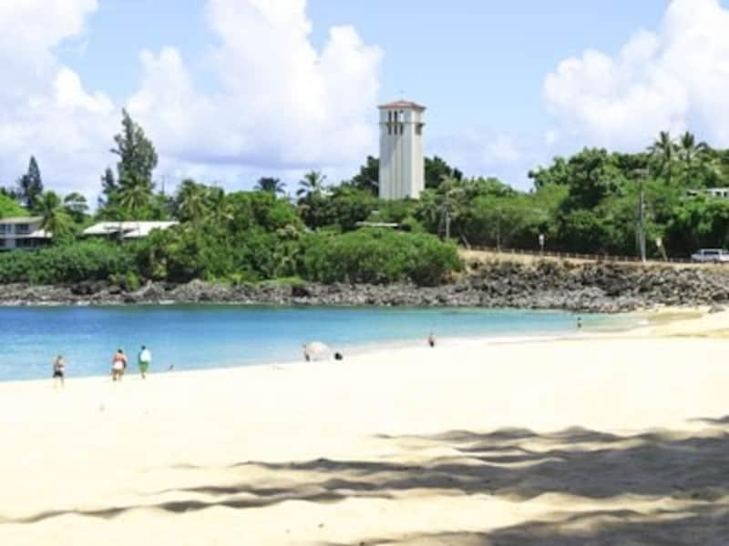 春夏にはローカルファミリーで賑わうワイメアベイビーチ。海の透明度が高い美しいビーチ