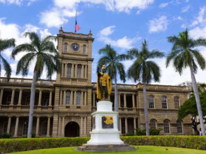 ダウンタウンに建つカメハメハ大王像。ハワイ諸島を統一してハワイ王国を築きあげた偉大な王様