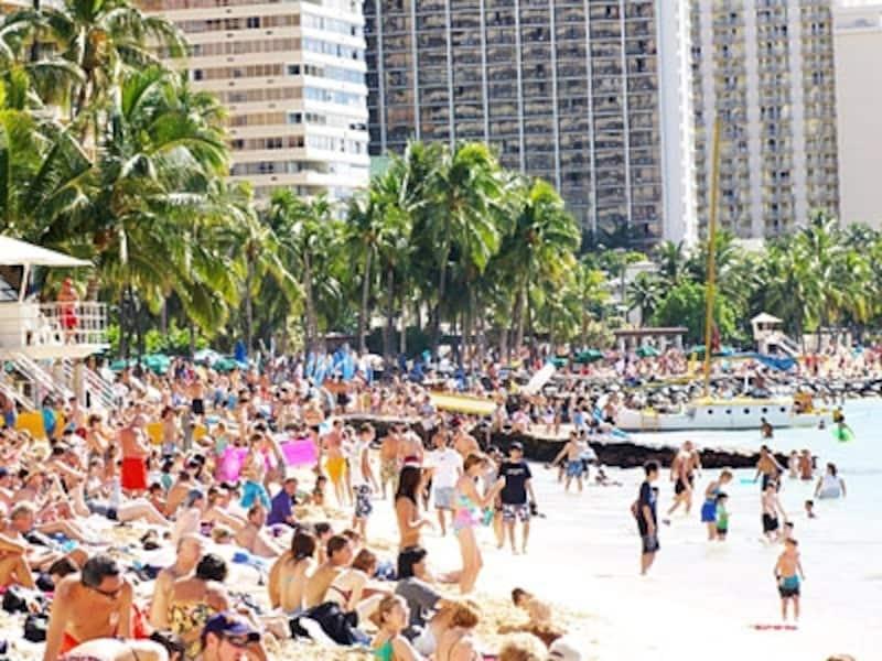 世界中からのツーリストで賑わうワイキキビーチ
