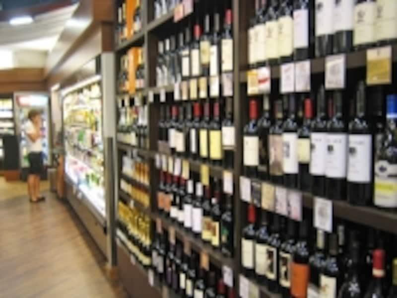 大型店は、ビール、ワイン、ウイスキーなどアルコールも充実