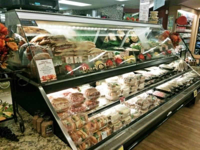 ワイキキ・ビーチウォークに隣接した38号店(インペリアル内)には、ローストビーフや照り焼きチキンなど惣菜の量り売りをするデリコーナーがある