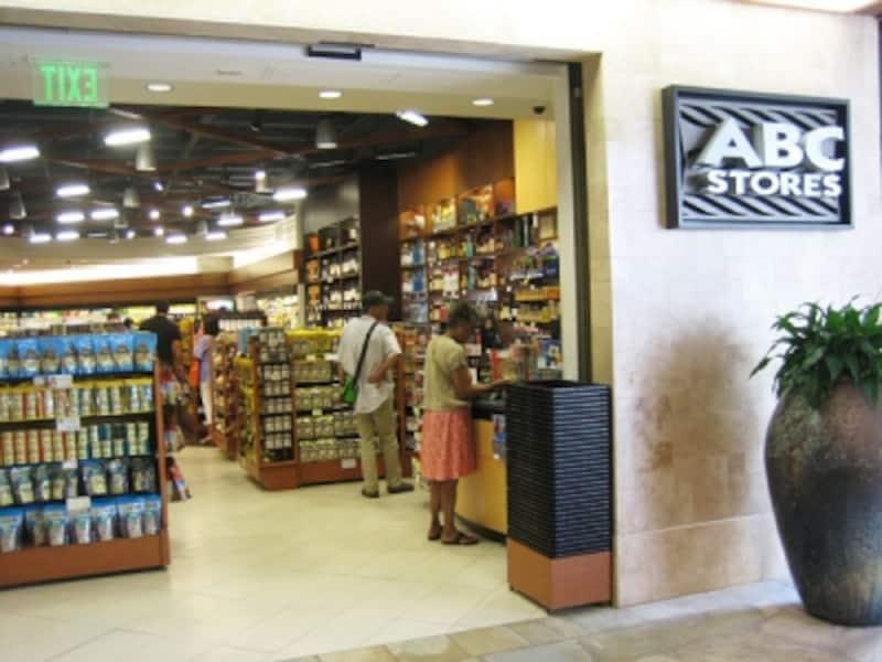 スナックやドリンクを買うついでにお土産探しができるABCストア。品揃えの良いロイヤル・ハワイアン・センター店なら1軒でお土産調達も完了