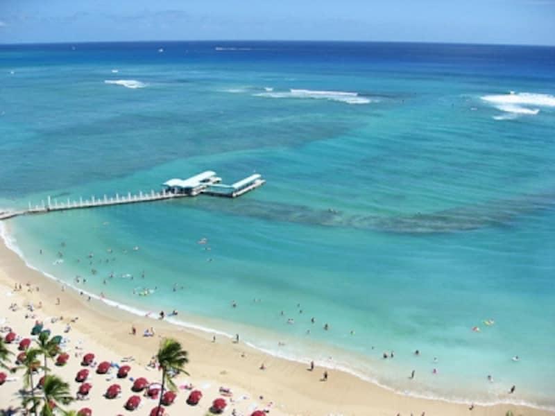 ワイキキビーチのメイン、クヒオビーチより砂浜が広く、込み合っていないことも高ポイント