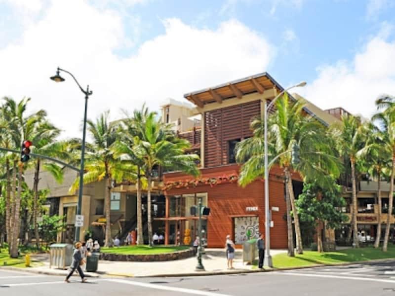 ワイキキ・カラカウア通りの3区画にA、B、Cの3つのビルディングが連なるロイヤル・ハワイアン・センター