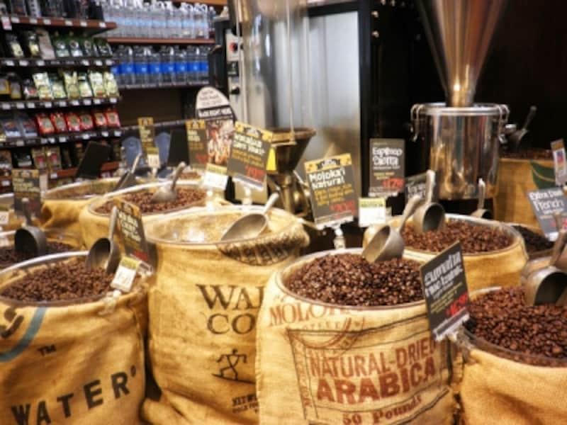 ホールフーズ・マーケットでもコーヒー豆を量り売りで販売。ハワイ各島のオーガニックコーヒーが集まる