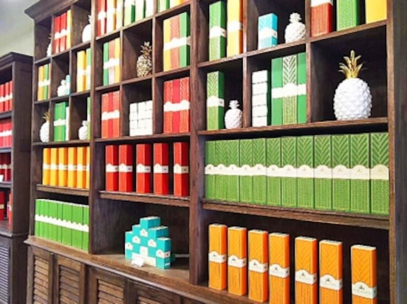 バタークラスト(緑)、マカダミアナッツクラスト(オレンジ)、チョコレートクラスト(赤)は6個入り18.95ドル。箱のデザインにもこだわりを感じます