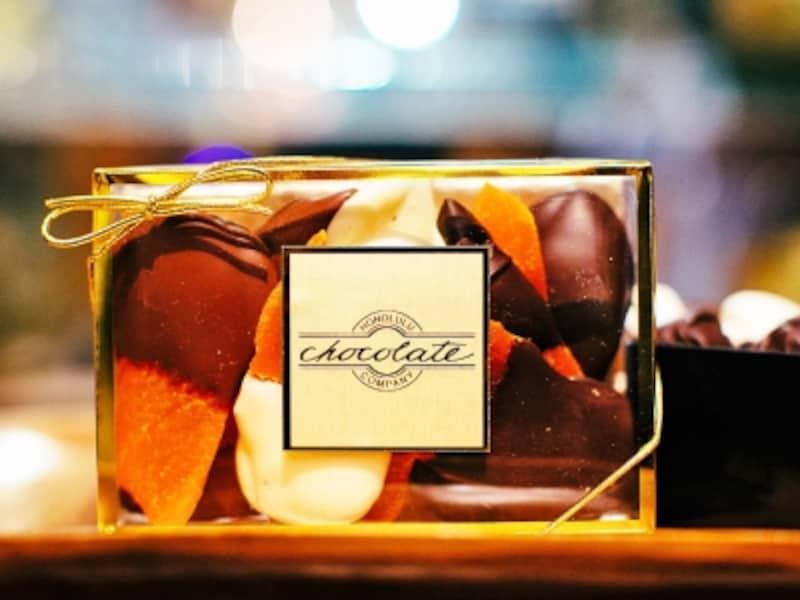 工房で手作りされるチョコレートは無添加でフレッシュ!パッケージも美しい。画像はチョコディップマンゴー(14ドル)