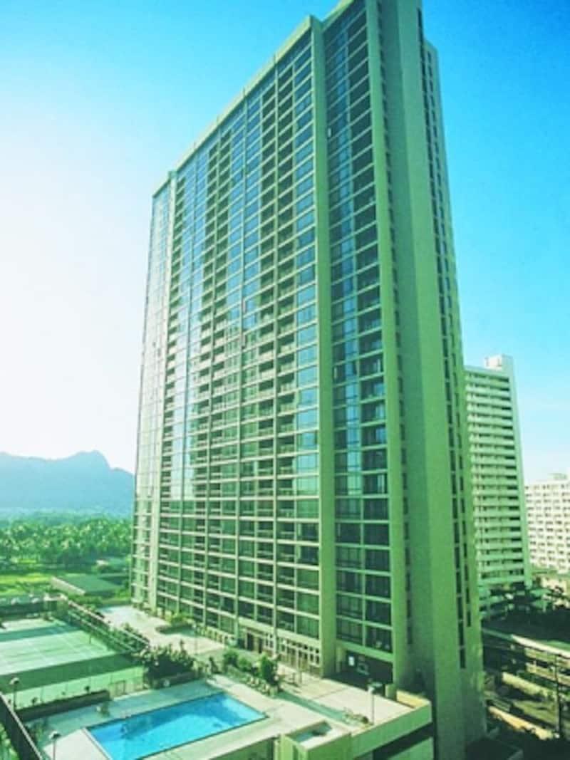 38階建ての高層コンドミニアム、アストン・ワイキキ・サンセット。海側、山側どちらの眺望も自慢