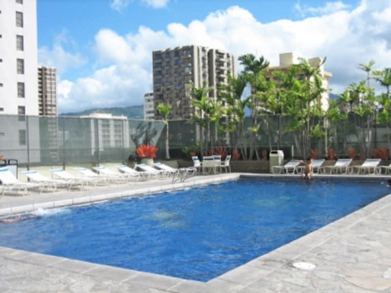 6階レクリエーションデッキにある温水プール。広々としてキレイでし