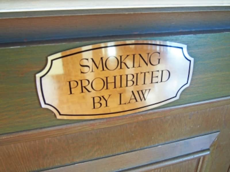 「喫煙は法律で禁止されています」の案内。ザ・カハラ・ホテル&リゾートのロビーにて
