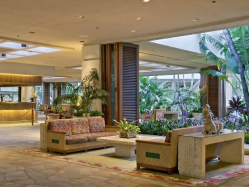 トロピカルフラワーや緑の木々に囲まれたオープンエアのメインロビー