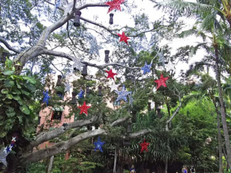 独立記念日前は、街が星条旗カラーで彩られる(画像:ロイヤルハワイアンセンター)