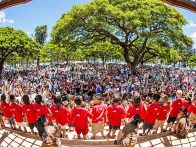 生徒たち700人から成るウクレレバンドも出演
