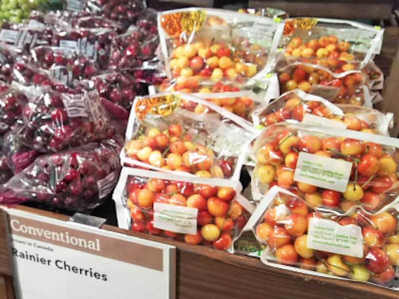 1ポンド(435グラム)8ドルほどと高級品のレイニアチェリー(右)日本ではなかなか手に入らないレアなフルーツ