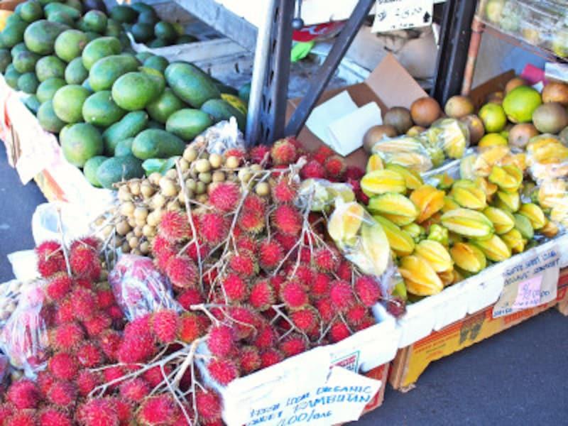 手前の赤い実がランブータン。その上がロンガン。ファーマーズ・マーケットでは、枝付きのまま並ぶ