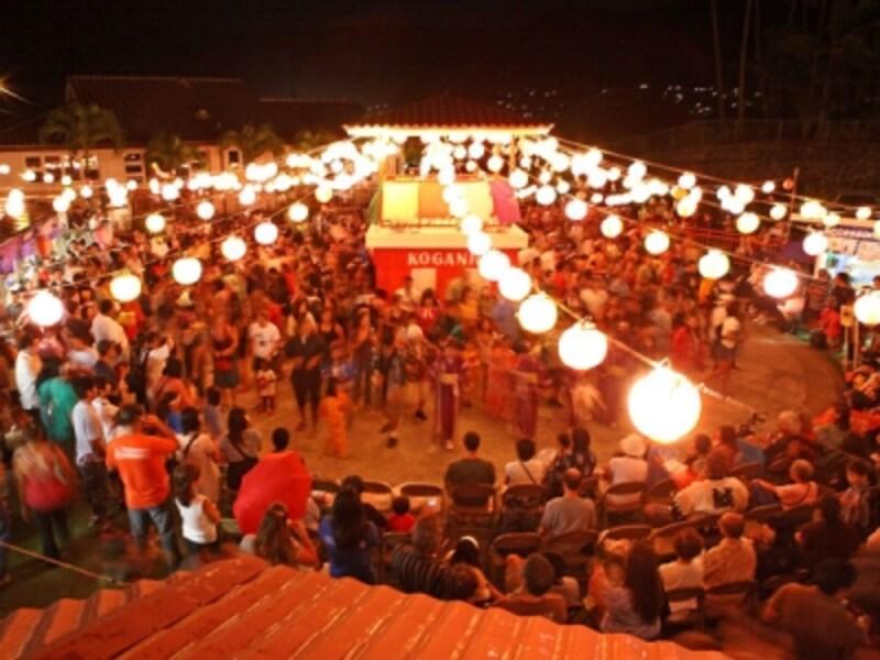 やぐらを組み、やぐらを組み、紅白幕が張られ、屋台も登場するボンダンス(写真提供:ハワイ州観光局)