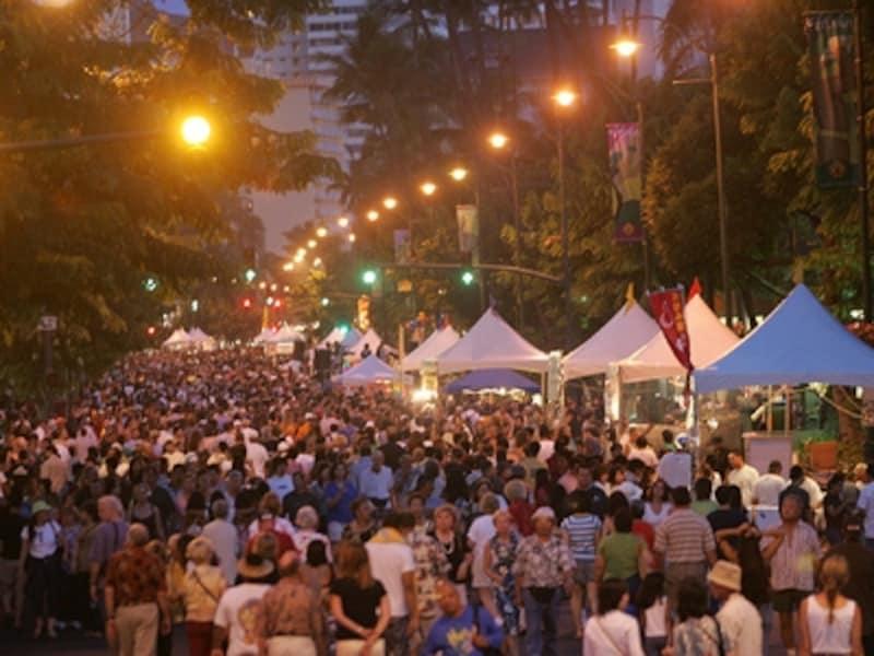 カラカウア通りを通行止めにして開催されるアロハ・フェスティバルの「ワイキキ・ホオラウレア」。ライブステージや屋台が楽しめる路上パーティです