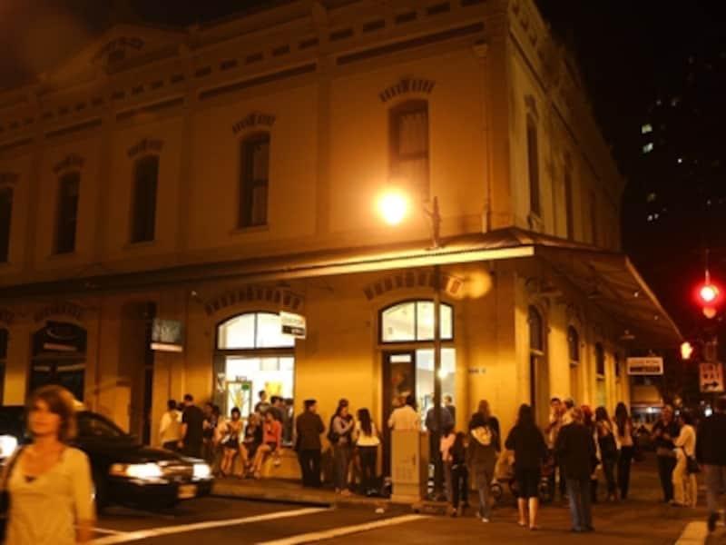 お洒落なバーやレストランのオープンで注目を集めるダウンタウン。毎月第1金曜の夜は、さらに多くの人々で賑わう