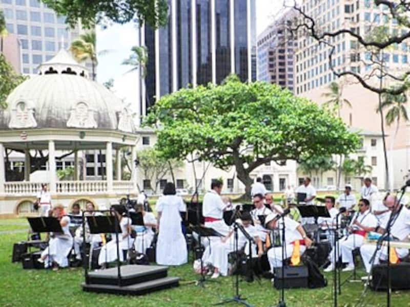 アメリカ唯一の宮殿で、ハワイ王朝の栄華と悲劇を偲ぶイオラニ宮殿前の芝生で開催